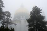 Otto-Wagner-Kirche auf der Baumgartner Höhe, im Nebel