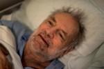 Walter im Bett, in Gedanken