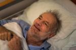 Walter im Bett, lächelnd