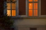 Zwei erleuchtete Fenster eines Pavillons auf der Baumgartner Höhe